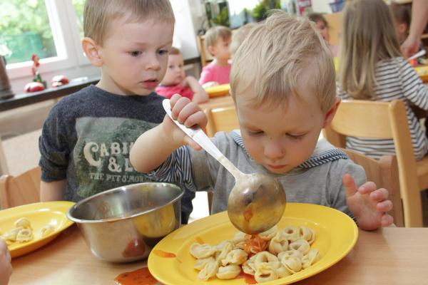 Gesund soll es sein und schmecken - an Kita-Essen werden hohe Ansprüche gestellt. Foto: bit
