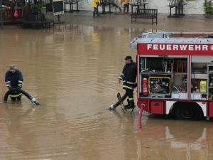 Feuerwehr im Dauereinsatz. Rettungskräfte sind beim Hochwasser mit schwerem Gerät im Einsatz. Foto: bit