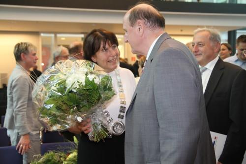 Nach ihrer Amtsantrittsrede wurde Zwickaus Oberbürgermeisterin Pia Findeiß noch einmal von vielen Seiten beglücktwünscht. Hier im Bild mit Landrat Christoph Scheurer. Foto: Alice Jagals