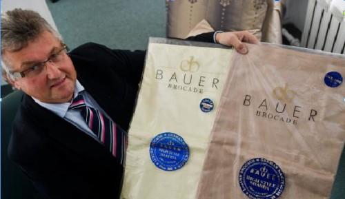Michael Bauer, Geschäftsführer der Curt Bauer GmbH, zeigt links die echte Ware aus der Produktion in Aue in der Originalverpackung und rechts ein in Nigeria gehandeltes Plagiat.  Foto: vti-pressedienst/W. Schmidt