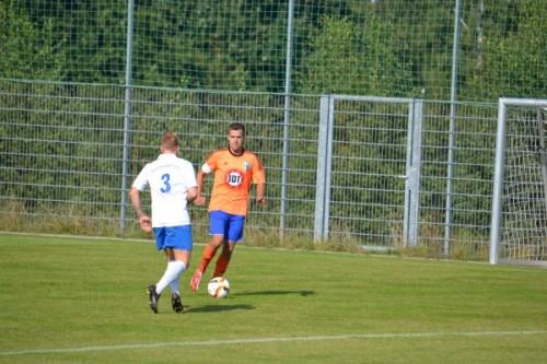 Kapitän Thomas Löser setzt im Spiel gegen Oelsnitz zum Dribbling an, traf am Wochenende gegen Crottendorf zum 2:0. Foto: VfB Annaberg