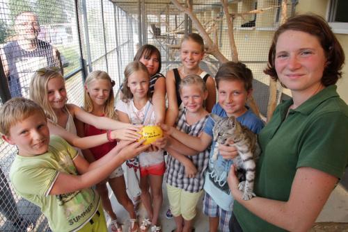 Neun Jungs und Mädchen der 4. Klasse der Grundschule Altmittweida übergaben ein gelbes Sparschwein  mit 108,40 Euro für das Chemnitzer Tierheim auf dem Pfarrhübel an Antje Schmidt. Foto: bit