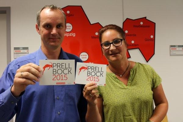 """Michael Hummel (links, Referatsleiter Recht) und VBZ-Sachsen-Chefin Andrea Heyer (rechts) suchen den """"Prellbock 2015"""". Foto: VBZ Sachsen"""