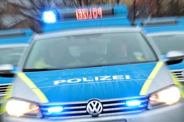 Ein neuer Einsatzwagen der Polizei Sachsen-Anhalt steht mit Blaulicht am Dienstag (24.01.2012) in Magdeburg (Zoomeffekt). Insgesamt wurden 39 Fahrzeuge am gleichen Tag übergeben. Ursprünglich war die Übergabe von mehr Streifenwagen geplant, ein Dutzend der Fahrzeuge fiel jedoch einen Tag zuvor einem Brandanschlag zum Opfer. Die Funkstreifenwagen besitzen u.a. neue reflektierende Markierungen zur besseren Sichtbarkeit und zur Steuerung des Verkehrsflusses. Foto: Jan Woitas dpa/lah +++(c) dpa - Bildfunk+++