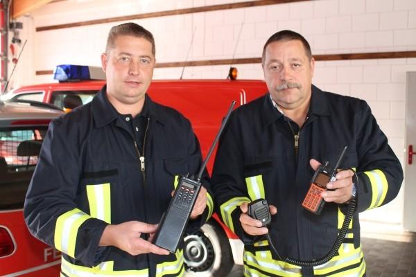 Die Feuerwehrkameraden Sven Weinhold (l.) und Jend Grunert zeigen analoge Funktechnik und die neue Digitalfunktechnik, Foto: Uwe Wolf