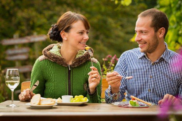 Im Oktober kann man im Erzgebirge einfach köstlich genießen. Viele Restaurants und Hotels bieten regionale Spezialitäten an. Foto: Tourismusverband Erzgebirge e.V./Studio2media