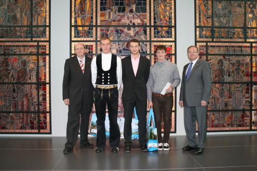 Landrat CHristoph Scheurer und Kreishandwerksmeister Lothar Winter gratulierten den drei Besten des Jahrgangs: Zimmerer Armin Pachan, Maler- und Lackierer Marco Pohlers, Tischler Winfried Barth .
