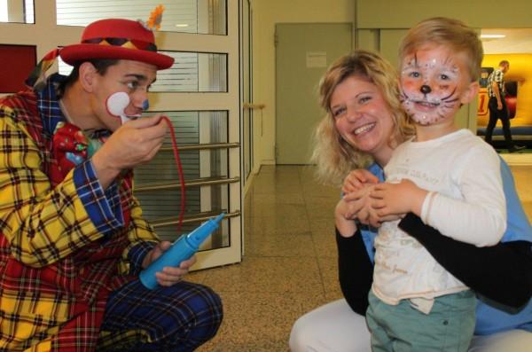 Clown Fips begeistert die Kinder. Foto: KH