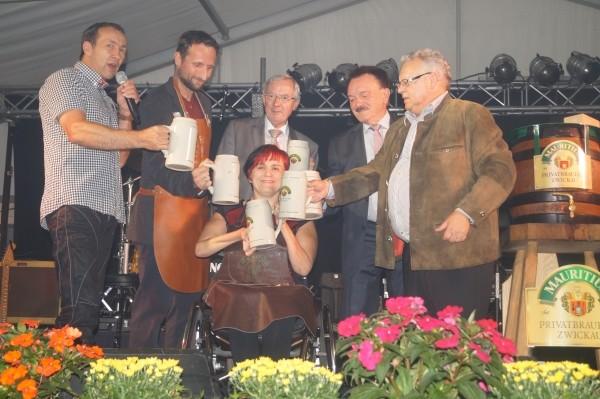 Matthias König, Marco Förster, Marina Eichhorn (BSC) Rainer Otto, Gert Gabler, Werner Weinschenk (MBZ) beim Anstich. Foto: Brauerei