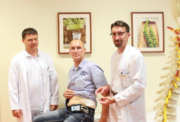 Alexander Gütter (Mitte) freut sich: seit einer Woche ist er seine quälenden Schmerzen los. Dr. Gerrit Bernhardt (li.) und Dr. Dirk Tenckhoff (re.) haben den 46-jährigen vor einer Woche mit den neuen Stimulationssonden ausgestattet. Foto: HELIOS