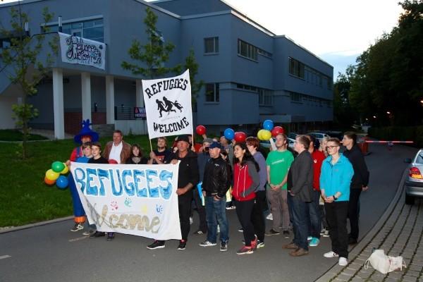 Vor dem Hochschulgebäude erwarten freundliche Zwickauer die Ankömmlinge. Foto: Daniel Unger