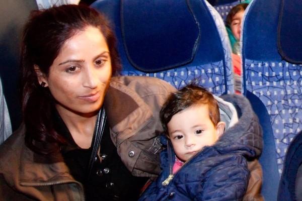 Völlig erschöpft aber glücklich kommt diese Mutter aus Afghanistan mit ihrer kleinen Tochter in Zwickau an. Foto: Daniel Unger
