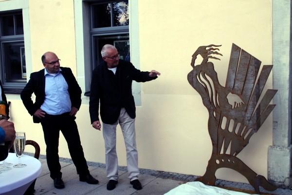 """Ein neuer Hingucker am """"Regimentshaus"""" am Freiberger Schloßplatz ist die Darstellung des Gottfried Silbermann. Eingeweiht wurde die Stahlschnittfigur am 10. September von den Architekten Volker Benedix (re.) und Ronny Erfurt. Foto: Steffen Ulbricht"""