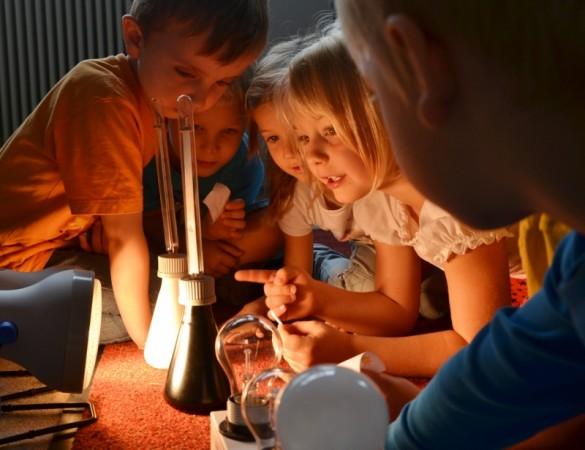 """Wie und wo entsteht eigentlich Wärme? Woher kommt sauberes Wasser? Wie funktioiert der Wasserkreislauf? Fragen, denen die Kinder der KiTa """"Bunte Kinderwelt"""" heute Vormittag auf die Spur gingen. Foto: ihst"""