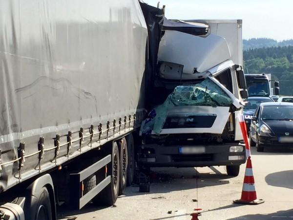 Erste Bilder vom Unfall auf der A72 zwischen Stollberg-West und Hartenstein. Foto: Daniel Unger