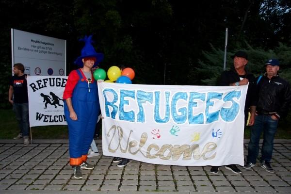 Freundlichkeit statt Hassparolen - die Zwickauer begrüßen aktuell erwartete Asylbewerber. Foto: Daniel Unger