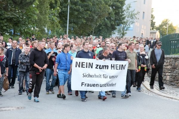 Demonstranten am Abend bei ihrem Weg durch Grünhain Beierfeld. Fotos: Daniel Unger