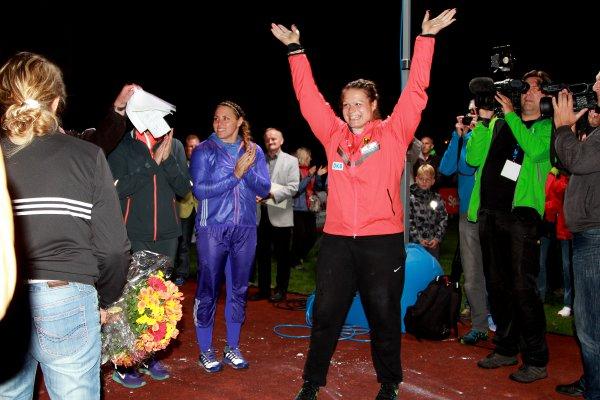 Christina Schwanitz jubelt nach ihrem Sieg in Thum Foto: MABOPI