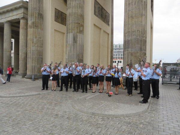 Die Steinbacher Schalmeienkapelle vor dem Brandenburger Tor. Fotos: Büro Baumann