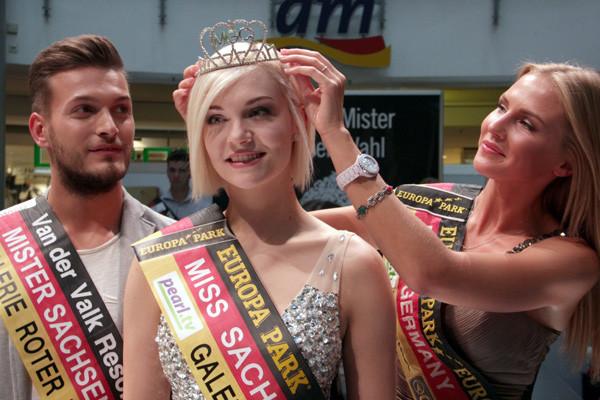 Miss Germany 2015 Olga Hoffmann setzt Farina Behm aus Leipzig die Krone der neuen Miss Sachsen auf. Martin Merko aus Dresden holte den Mister Sachsen Titel. Foto: bit