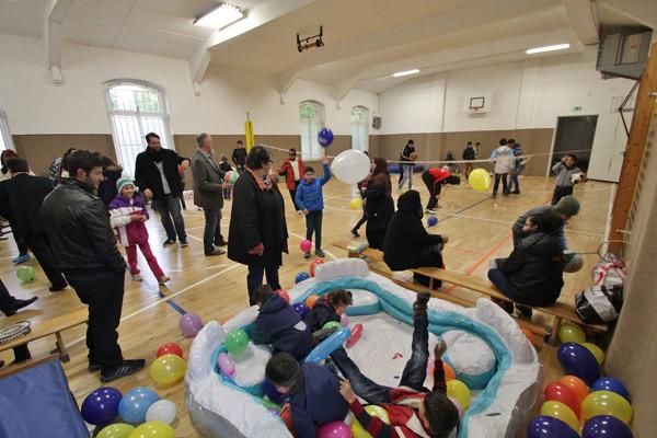 Lärmpegel und Spaßfaktor auf hohem Niveau: In der Turnhalle tobten sich die Flüchtlingskinder aus. Fotos (3): bit