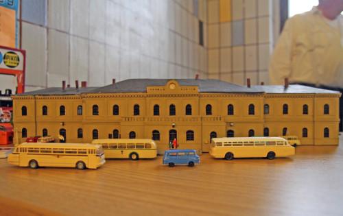 Das Modell erinnert an längst vergangene Zeiten. Geht es nach den Plänen der Stadt, soll in den nächsten zwei JAhren wieder richtig Leben auf dem Bahnhofsareal einkehren. Foto: Alice Jagals