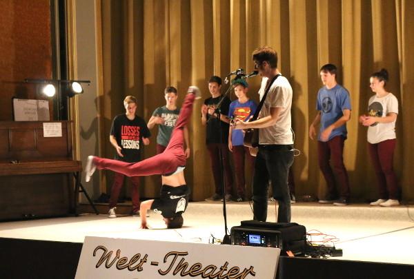 Die Broken Beat Crew brachte im Kinosaal des Welt-Theaters in Frankenberg die Bretter, die die Welt bedeuten, zu den Klängen von Brett Newski zum Beben. Foto: Roman Pfüller