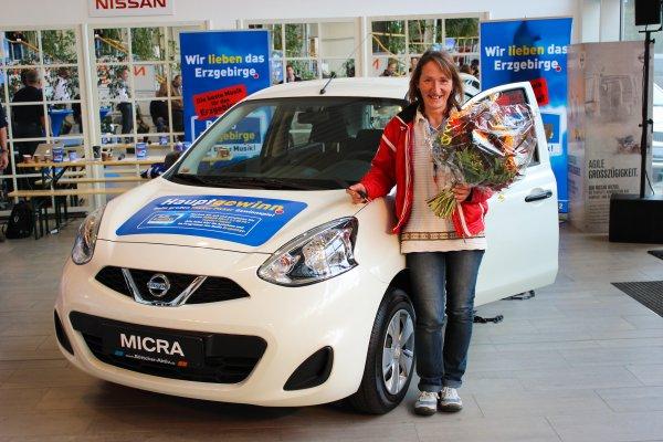 Caren Weber aus Annaberg-Buchholz mit ihrem neuen Auto