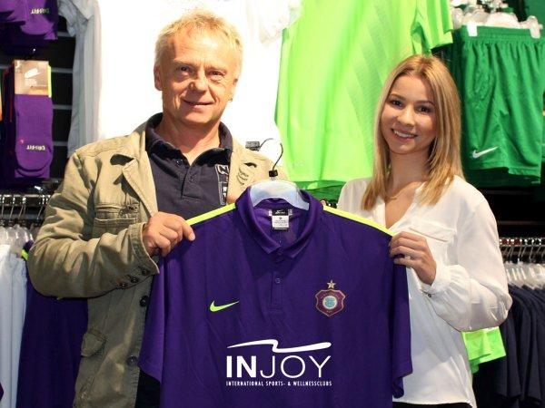 Andreas Fiedler und Désirée Leonhardt vom FCE-Marketing mit dem INJOY-Pokal-Trikot Foto: FCE