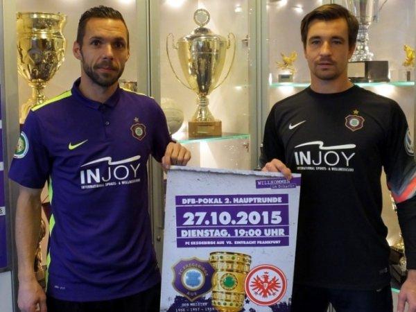 Christian Tiffert und Marin Männel tragen die Pokaltrikots mit der Aufschrift INJOY Foto: FCE