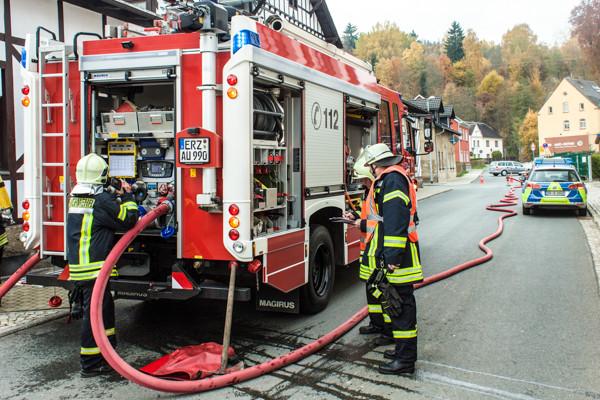  Kellerbrand Aue Brückenstraße Ca 8m2 Holz und Kohle haben in einem alten Heizungsraum gebrannt. Wurde von Feuerwehr gelöscht und nach und nach ins freie gebracht um es noch mal richtig abzulöschen . Energieversorger wurde zum Einsatz gerufen weil es Beschädigungen am Hausanschluss gab. Feuerwehr war mit 5 Fahrzeugen und 25 Mann vor Ort dazu noch 1 Rettungswagen und Polizei. Zur Brandursache kann noch nix gesagt werden und auch nicht zur Schadenshöhe. Foto: Niko Mutschmann
