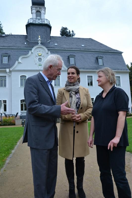 Katarina Witt ist zu Gast in Chemnitz gewesen. Hier hat sie seit Dienstag Aufnahmen für eine Dokumentation gedreht. Mit Karl Friedrich Schmerer, geschäftsführer des Hotel Schloss Rabenstein und der HeimgGmbH, fand sie einen Verbündeten im ihrem Engagement für Menschen mit Handicap. Elke Zech ist eine Mitarbeiter in Hotel, sie ist taub und gehört zu den sieben Angestellten, die schwerbehindert sind. Foto ihst.