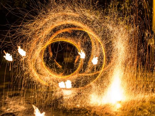 Ignis et Flamma wird zur Shoppingnacht auf dem Altmarkt die Besucher gleich zweimal mit einer faszinierenden Feuershow begeistern. Foto. Künstler