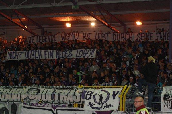 Beim Pokalsieg gegen Eintracht Frankfurt war Plakate gegen das neue Wappen zu sehen. Foto: Birgit Hiemer
