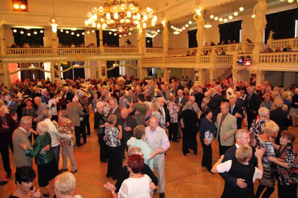 Zum Seniorenball darf eins natürlich nicht fehlen: das Tanzen. Und das im tollen Ambiente der Neuen Welt. Foto: Alice Jagals