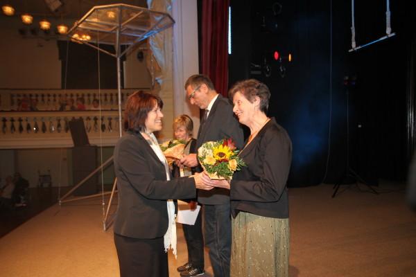 Oberbürgermeisterin Pia Findeiß gratulierte den Ausgezeichneten. Foto: Alice Jagals