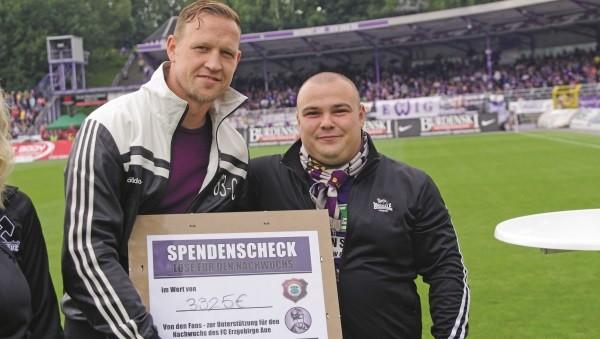 Enrico_Kern (l.) und Jörg_Püschmann bei der Übergabe eines ersten Spendenschecks im Auer Stadion. Foto: Olaf Seifert