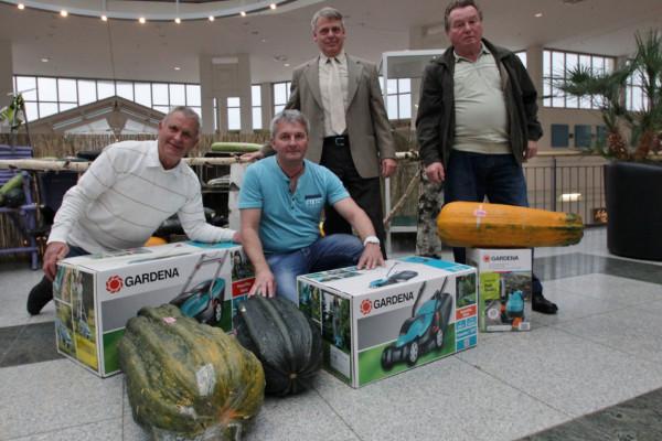 Neefepark Center-Manager Manfred Haendly (3.v.l.) übergab an die Gartenfreunde Rainer Drechsler (l.), Mirko Henke (2.v.l.) und Siegfried Reichelt (r.) attraktive Preise für die schwersten Zucchini des Gartenwochen-Wettbewerbes. Foto: bit