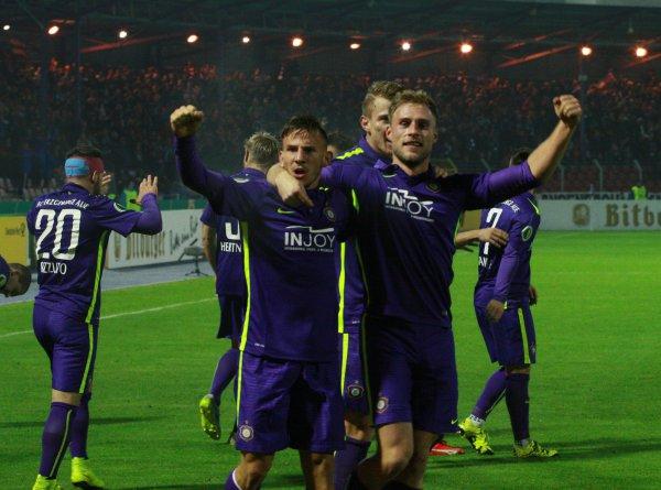 Max Wegner (rechts) jubelt über sein Siegtor. Foto: Birgit Hiemer