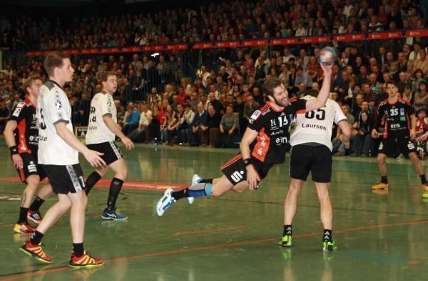 Eigentlich erzielt Arni Thor Sigtryggsson seine Tore aus der zweiten Reihe. Hier überwindet er den Kreis von Henstedt-Ulzburg. Foto: Birgit Hiemer