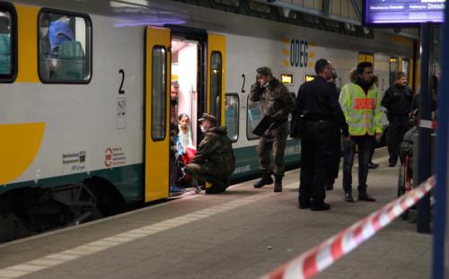 In Gruppen zu je 50 Personen wurden die Züge verlassen. Foto: Alice Jagals