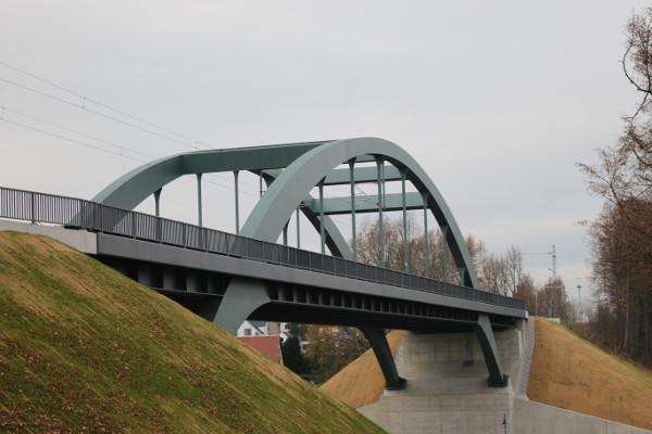 Die neue stählerne Einfeldbrücke ersetzt nun das alte Bauwerk. Die Farbgebung haben die Ottendorfer Bürger selbst ausgesucht
