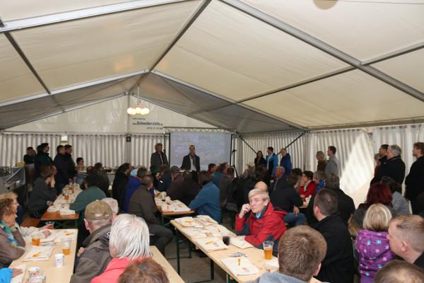 Zahlreiche Gäste waren zur Einweihungsfeier der neuen Ottendorfer Bahnbrücke erschienen. Mitwirkende und Anwohner feierten gemeinsam die offizielle Eröffnung der Brücke. Foto: Roman Pfüller