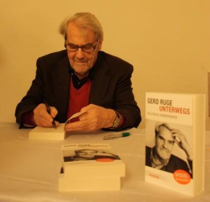 """Gerd Ruge war kürzlich zu Gast in der Annaberger Festhalle, um sein neues Buch """"Unterwegs"""" vorzustellen. Foto: Sabrina Langer"""