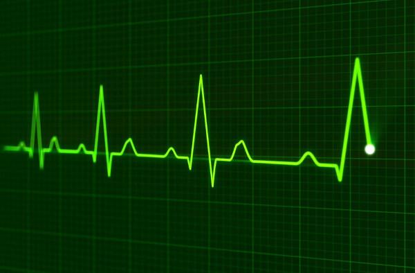 Bei einem Herzinfarkt zählt jede Minute. Je schneller der Patient in der Klinik behandelt wird, desto besser sind die Überlebenschancen. Foto: Agentur