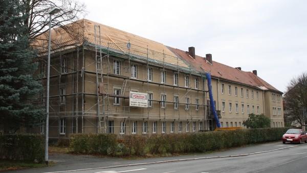 Emsig wird derzeit am Dach der ehemaligen Schwesternschule gearbeitet. Foto: Birgit Hiemer