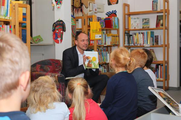 Bundestagsabgeordneter Marco Wanderwitz hatte den Kindern drei interessante Bücher und Geschichten mitgebracht. Foto: Roman Pfüller
