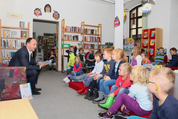 """Mehr als 25 Kinder der Kindertagesstätte """"Pusteblume"""" aus Burgstädtlauschten gebannt den Worten des Abgeordneten. Foto: roman Pfüller"""