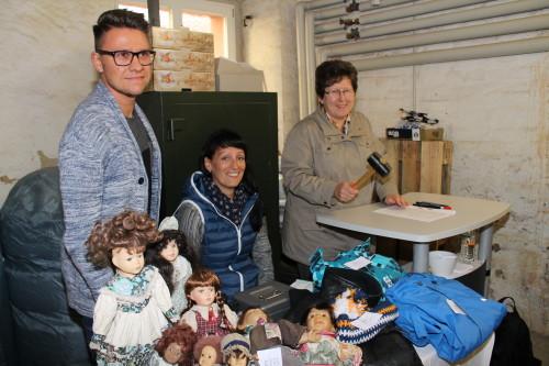 Martin Maschek, Madlen Haase und Heike Kießig (v.l.n.r.) führten den Freiverkauf der Fundsachen durch. Heike Kießig fungierte dabei als Auktionator. Foto: Uwe Wolf
