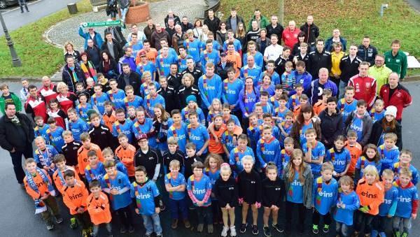 """Angetreten zum Gruppenfoto: 50 Kinder- und Jugendmannschaften erhielten neue Trikots von """"eins"""". Foto: eins"""